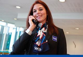 une hôtesse de Seris au téléphone